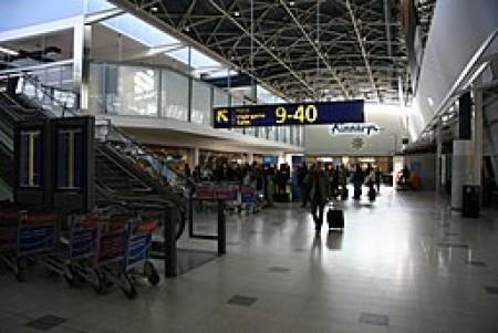 Interior of the terminal 1 of Helsinki-Vantaa Airport, image courtesy of Jaakko via Wikimedia Commons