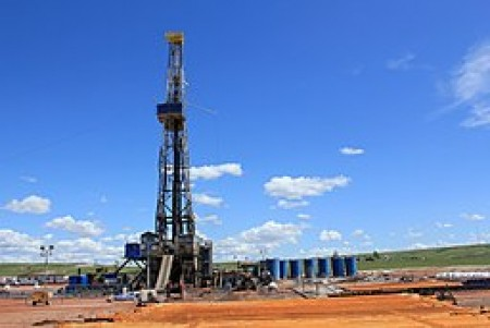 Williston North Dakota Oil Field Oil Rig By Lindsey G (Oil Rig) [CC BY 2.0 (http://creativecommons.org/licenses/by/2.0)], via Wikimedia Commons