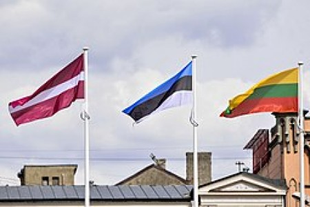 The flags of the 3 Baltic states in front of Freedom Monument. Source: Wikimedia Commons, by the Public Relations Department of the Parliament of Latvia.